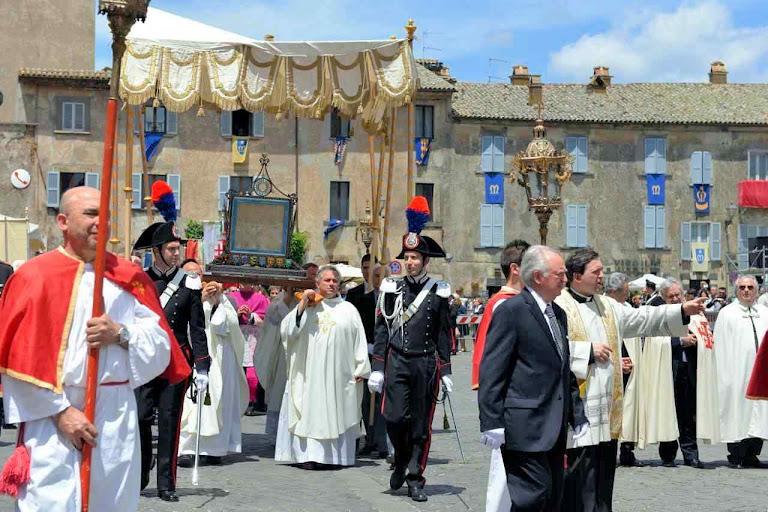 O corporal do milagre de Bolsena na procissão de Corpus Christi em Orvieto.