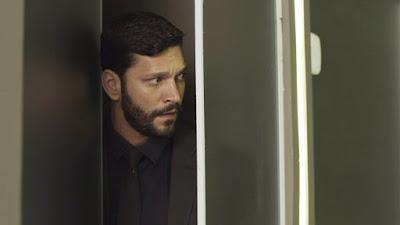Diogo (Armando Babioff) aproveita a oportunidade pra 'ajudar' no acidente — Foto: TV Globo