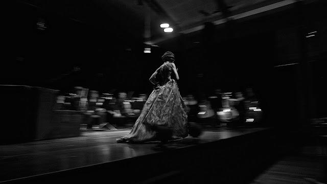 Adriana Queiroz em palco canta Kurt Weill