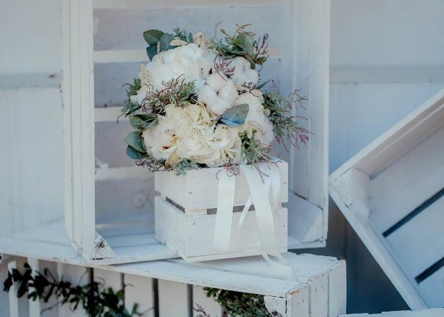 Skrzynki jako ozdoby na weselu boho chic