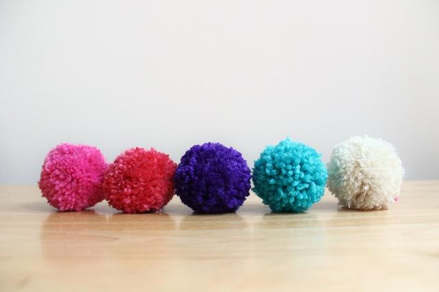 DIY, DIY Crafts, Mini Yarn Pom Poms, Pom Poms, DIY Pom Poms, Mini Pom Poms, Home Decor, Diy Decor, Diy Wool, Diy Yarn, Yarn, DIY Craft Ideas