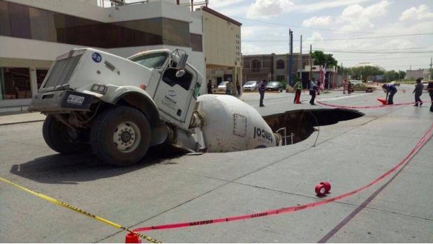 Cae revolvedora de concreto a socavón en Reynosa
