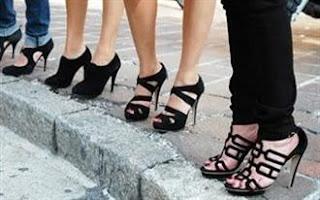 ... τα «επίπεδα» παπούτσια χωρίς σκληρές σόλες Οι γυναίκες που  αντιμετωπίζουν προβλήματα με πόνους στη μέση 88c07ed6f8c