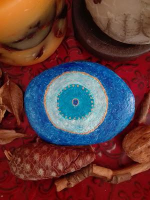 Μπλε με χρυσές λεπτομέρειες μάτι σε πέτρα
