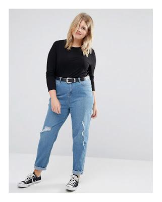 Полная девушка в рваных джинсах