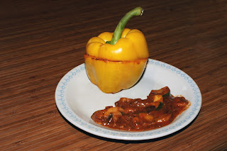 Papryki faszerowane warzywami w pikantnym sosie.
