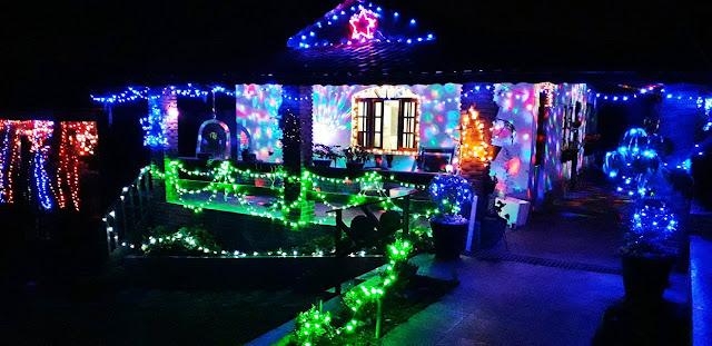 Casa decorada com mais de 7 mil lâmpadas para o Natal chama atenção em Caucaia do Alto