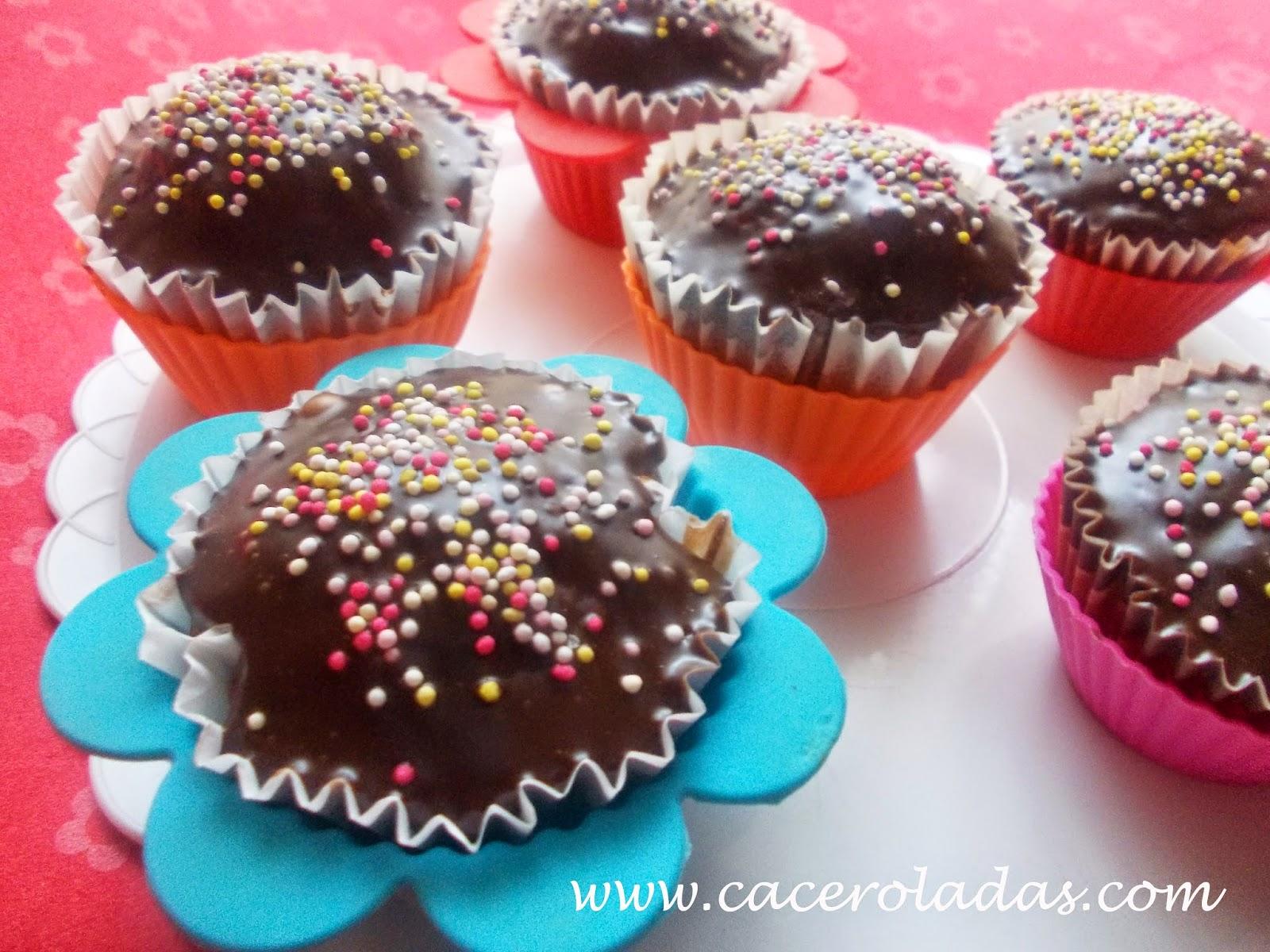 Cupcake de chocolate y nueces con cobertura de chocolate sabor naranja