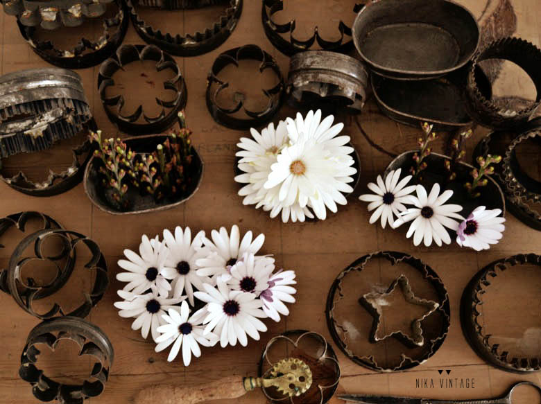 Diy o hazlo tu mismo en el que utilizaremos moldes de cocina antiguos para hacer adornos florales con margaritas