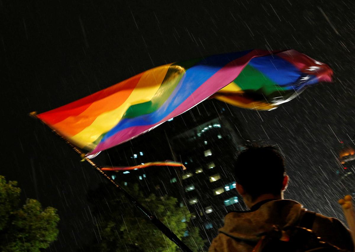 Militar sul-coreano desmaia e vai parar no hospital após ser condenado por ser gay