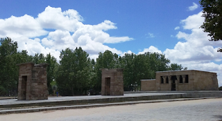 Vista exterior del monumento con sus dos pilonos, en un entorno arbolado.