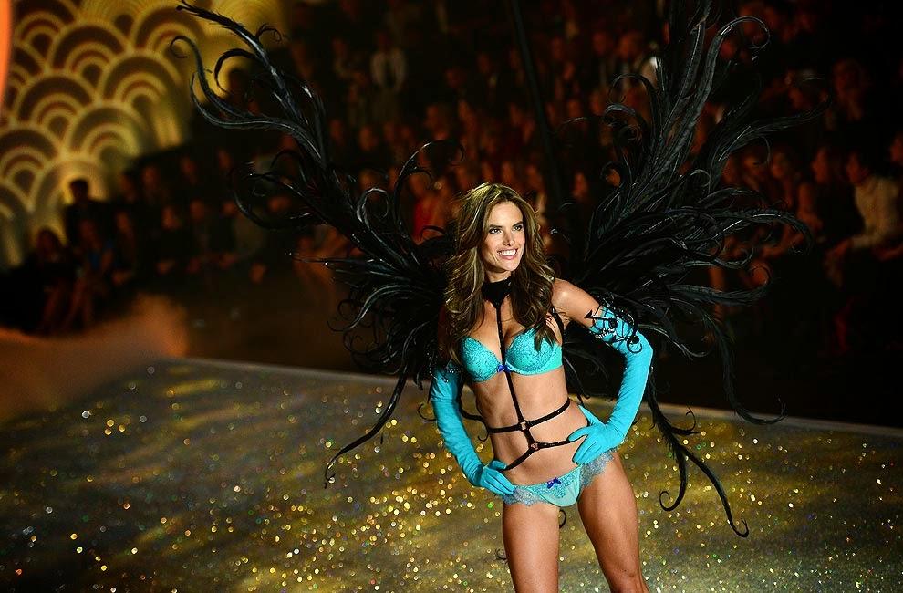 a5222f969 En la pasarela con un conjunto turquesa y alas negras una de las  preferidas