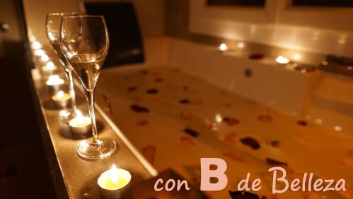 Jacuzzi romántico velas y bebida