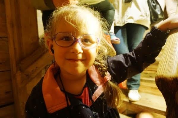 dziewczynka na schodach w dół w Wieliczce