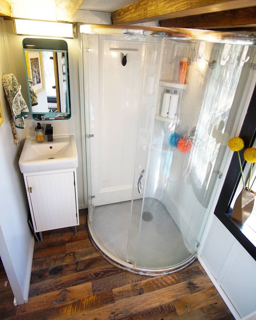 06-Shower-Room-Joshua-Shelley-Engberg-Cut-Excess-Architecture-with-a-Tiny-House-on-Wheels-www-designstack-co