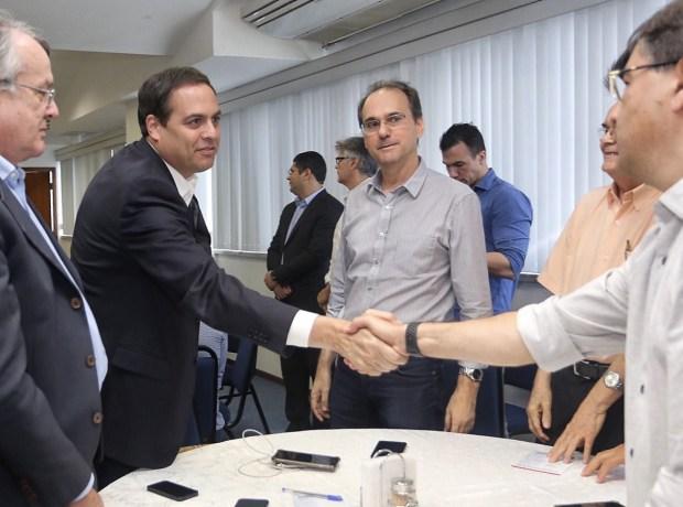 Paulo Câmara discute propostas com representantes da construção civil em Pernambuco