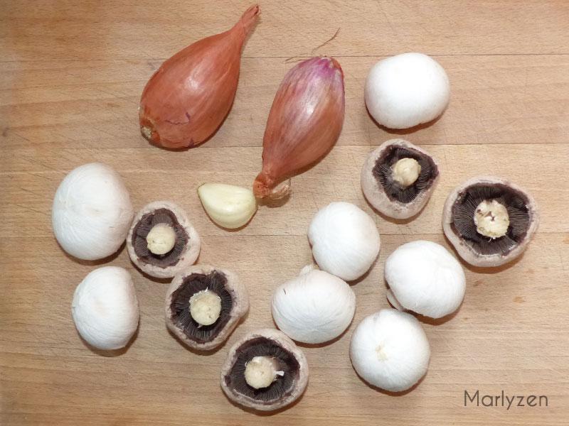 Emincez échalotes et champignons.