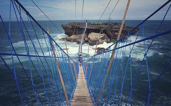 Tempat Wisata Populer di Jogja Jembatan Gantung Pantai Timang