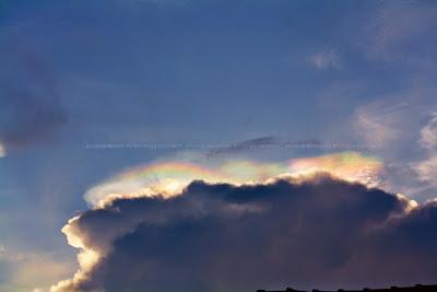 Warna warni di sekitar awan