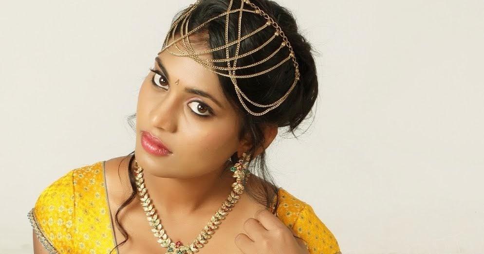 Hot Indian Actress: Priyanka Augustin Hot Saree Navel