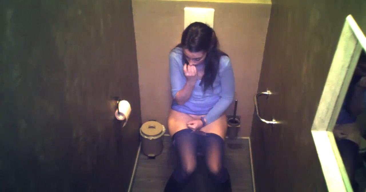 Скрытая камера в женском туалете  писающие девушки