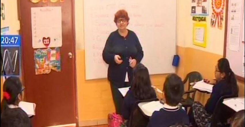Profesora dicta clases de ruso a escolares de primaria en un colegio de San Miguel