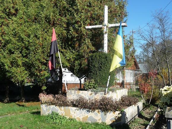 Верхні Гаї. Церква Пресвятої Трійці. Символічна могила Борцям за волю України