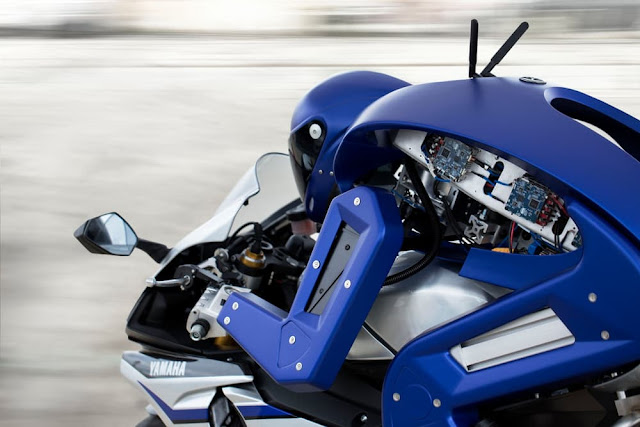 Robot Humanoid Tunggangi Yamaha R1M 1000cc