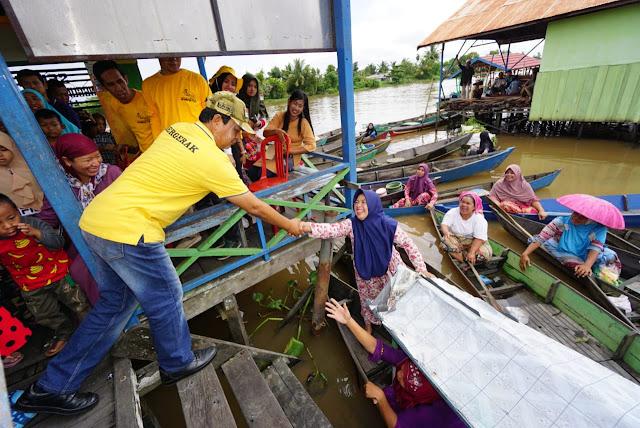 Paman Birin Serahkan 107 Jukung Bagi Pedagang Pasar Terapung Lok Baintan