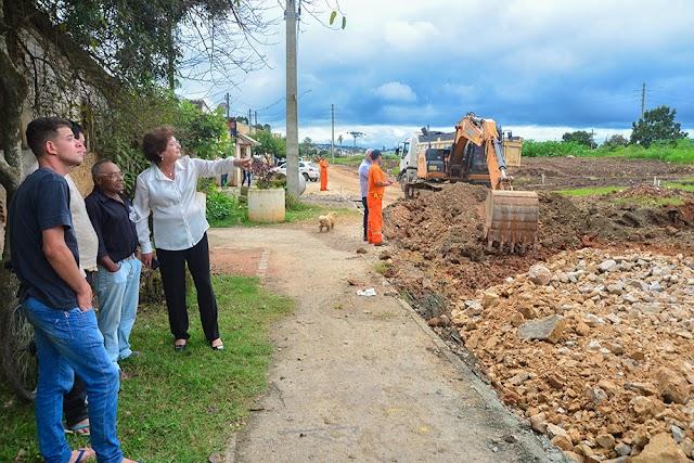 Prefeita Beti vistoria obras de pavimentação e no Terminal do Guaraituba