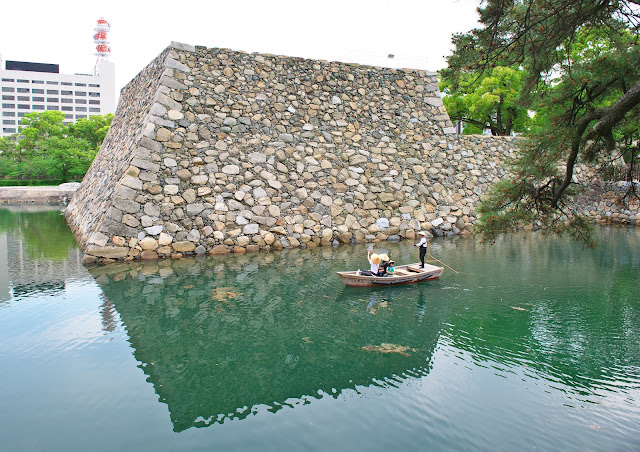高松城の天守台と舟の写真