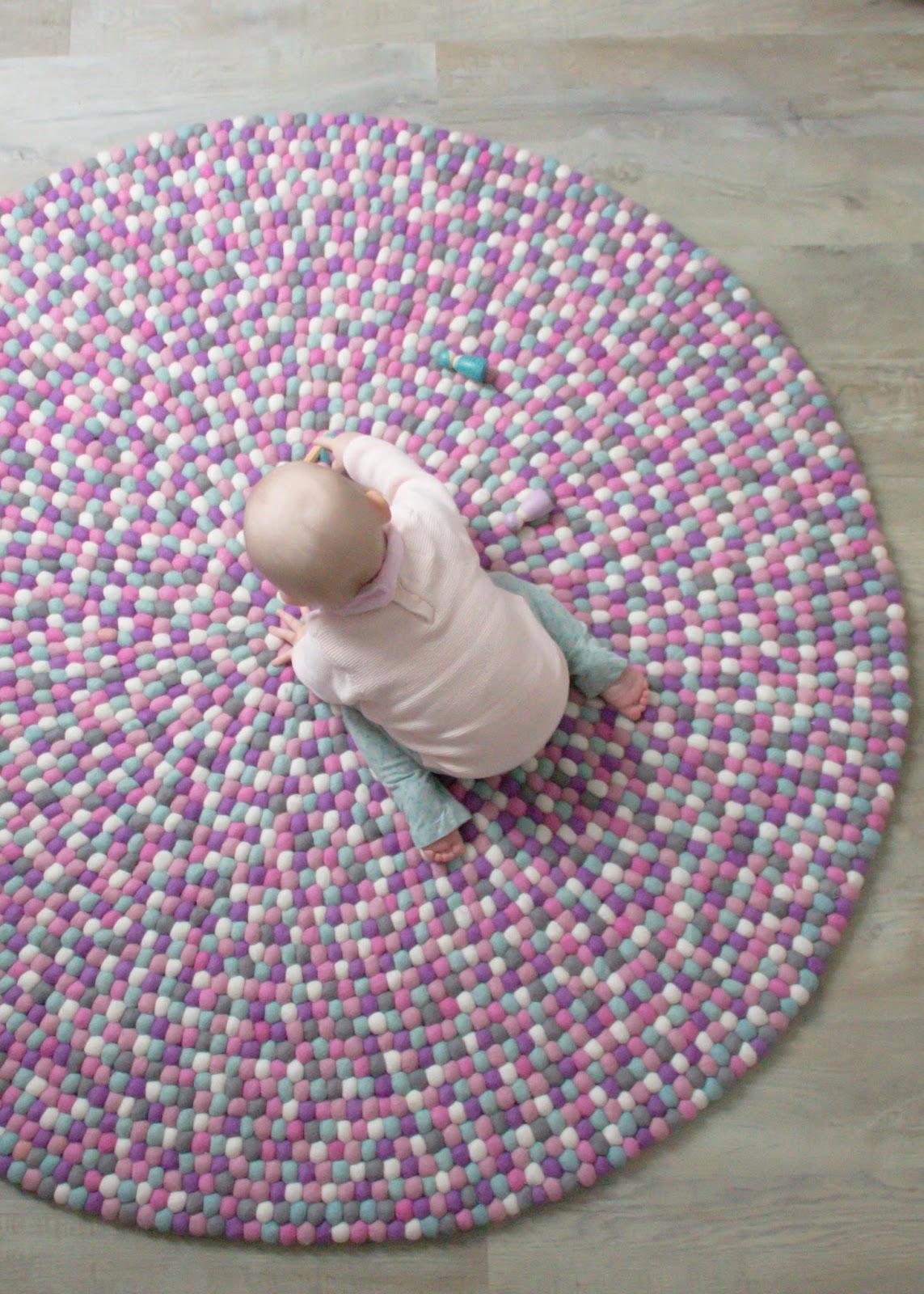 petit et jolie design 100 bunte kugeln gem tlichkeit unser filzkugelteppich. Black Bedroom Furniture Sets. Home Design Ideas
