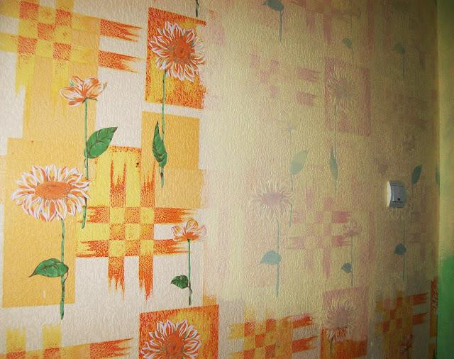 переделка кухни - покраска стен: первый слой краски убрал яркость, но рисунок видно ещё хорошо...