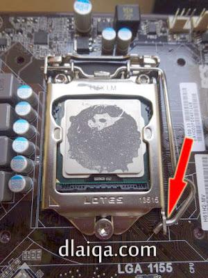 pasang kembali pengait kunci processor