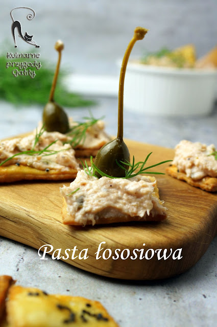rozowa-pasta-na-drewnianej-desce