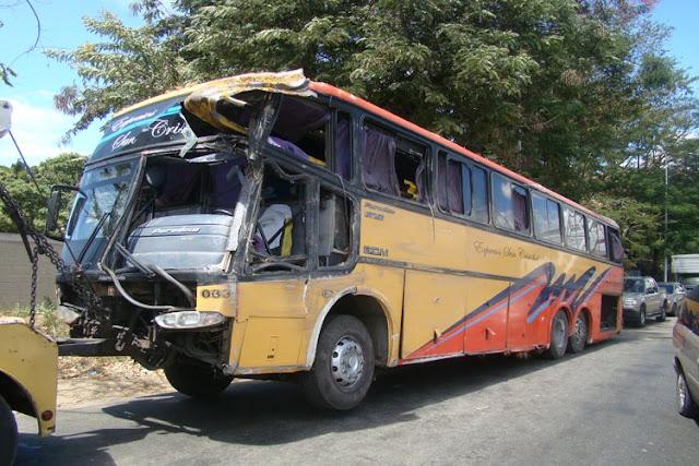 2 fallecidos y 8 heridos tras volcarse autobús en San Crtistóbal