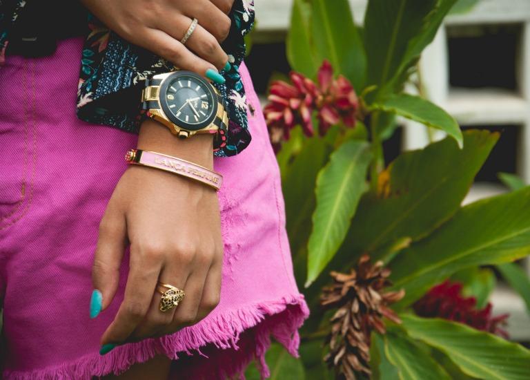 fa655b7cd Escolhi um relógio dourado e preto, pulseira rosa e anel de leopardo com  pedraria preta. A dica é deixar o visual equilibrado, do lado da bolsa use  menos ...