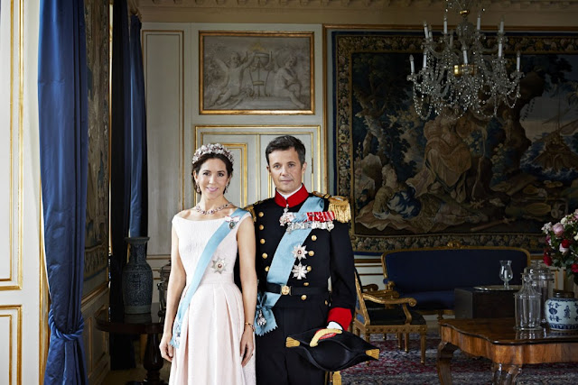 The Crown Prince Couple resides both in Frederik VIII's Palace at Amalienborg and in the Chancellery House at Fredensborg Palace.