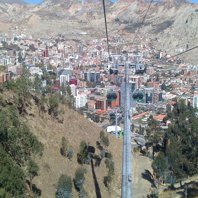 La Paz mit seiner Oberstadt hat über 2 Millionen Einwohner. Das Problem ist natürlich der stets nur sehr zähflüssig laufende Verkehr. Nun hat man versucht mit Gondeln,die die Oberstadt mit La Paz verbinden,für etwas Entspannung zu sorgen.