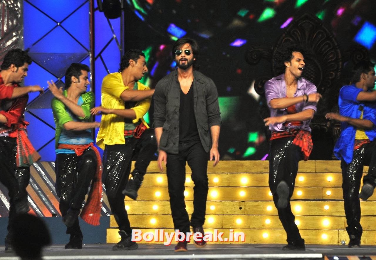 Shahid Kapoor, Bollywood Stars performing on stage at Police Umang 2014 - HD Pics