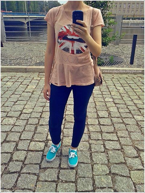 Bluzka z baskinką, jeansy 7/8, tenisówki, torebka-serce, stylizacjowe selfie
