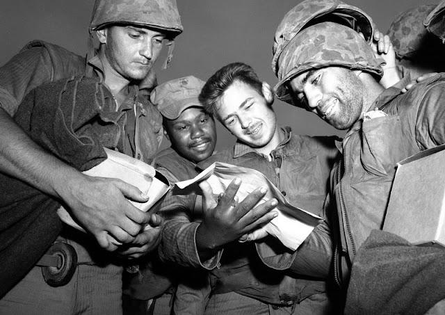 Cuatro marines de Estados Unidos leen las noticias sobre el alto el fuego en Corea