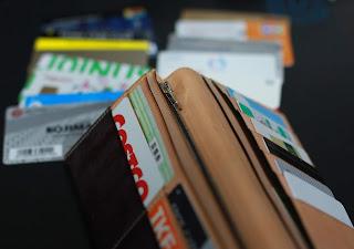 財布からあふれるカード類