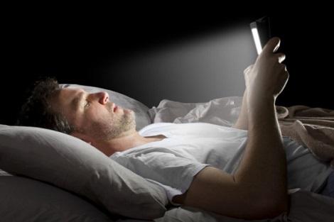 خطير !! : استعمال الهواتف الذكية قبل النوم قد يعرضك للعمى !