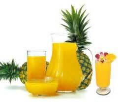 """<img src=""""jugo-de-piña.jpg"""" alt=""""vaso de jugo de piña para aliviar la colitis"""">"""