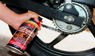 merawat rantai motor dengan memberi pelumas