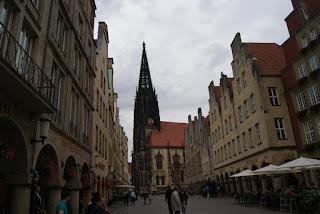 Blick vom Münsteraner Prinzipalmarkt auf die Kirche St. Lamberti