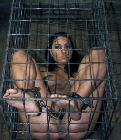 Femme humiliée nue enfermée et en confinement dans une petite cage