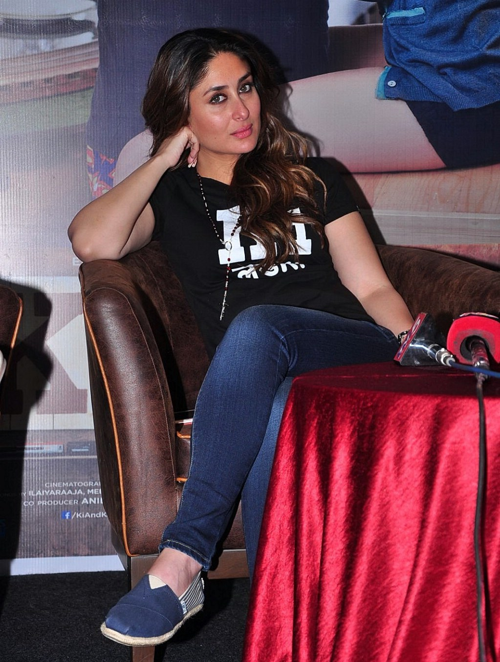 Kareena Kapoor Looks Super SexyIn Tight Blue Jeans and Black Shirt At Film u201cKi and Ka ...