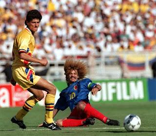 Romanul Miodrag Belodedici si columbianul Alberto Valderrama Palacio intr-o partida de Fotbal